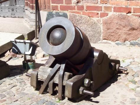 une bombarde, arme d'artillerie primitive servie par des bombardiers