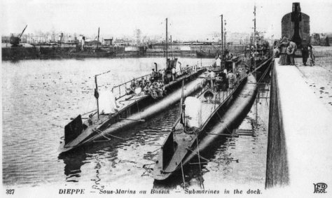 Sous-marins Germinal et Ventôse à quai