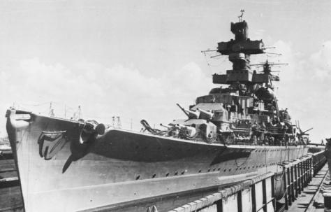 Le croiseur lourd KMS Admiral Hipper au bassin en 1940