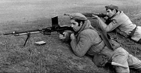 fusil mitrailleur Vz30 mis en œuvre par des soldats roumains