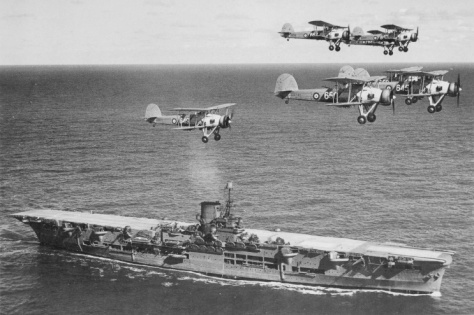Le HMS Ark Royal survolé par des Fairey Swordfish