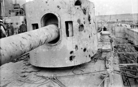 Casemate du HMS Warspite abritant un canon de 6 pouces. Photo prise après la bataille du Jutland