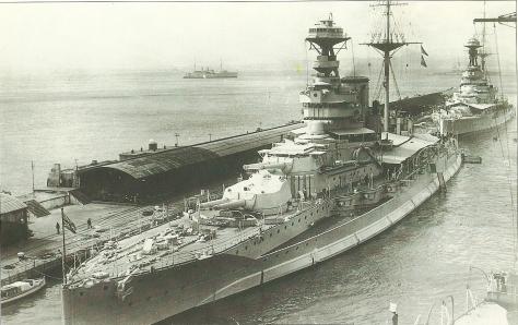 Le HMS Queen Elizabeth amarré à Alexandrie