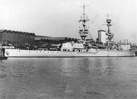 Le HMS Furious première configuration avec une plate-forme remplaçant la tourelle avant de 18 pouces
