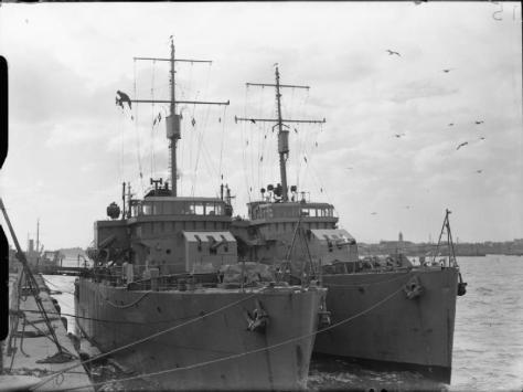 les dragueurs de mines HMS Sidmouth et HMS Bangor